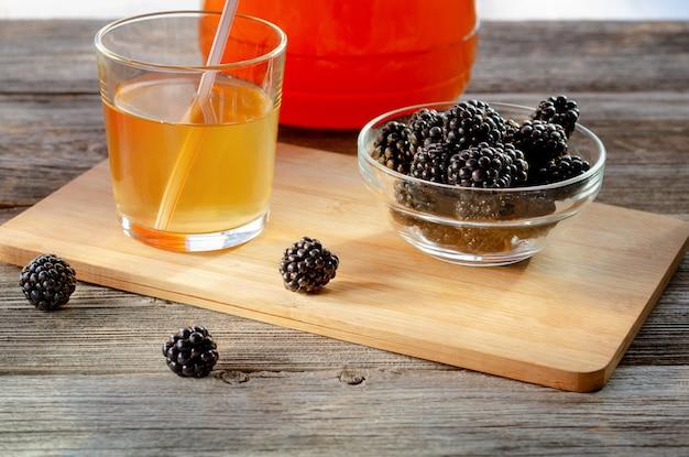 Kombucha aux mûres, nourriture probiotique, santé intestinale, boisson diététique céto.
