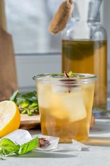 Kombucha ou boisson fermentée au cidre en bouteille. boisson probiotique saine