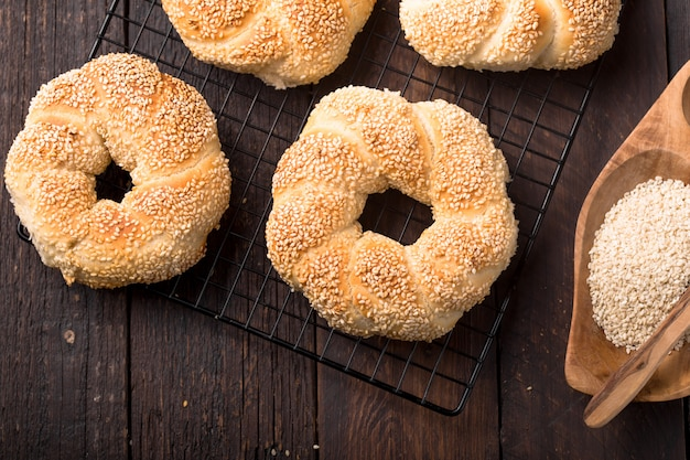 Koulouri grec ou bagels turcs appelés simit en pile. cuisine de rue traditionnelle, bagels croustillants de pain de sésame