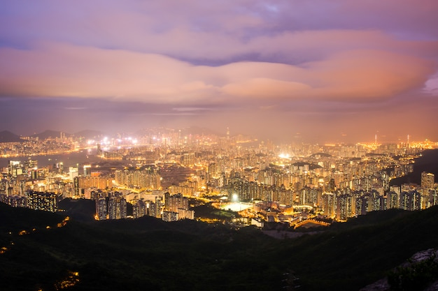 Kowloon skyline de hong kong depuis le coucher du soleil de colline fei ngo shan