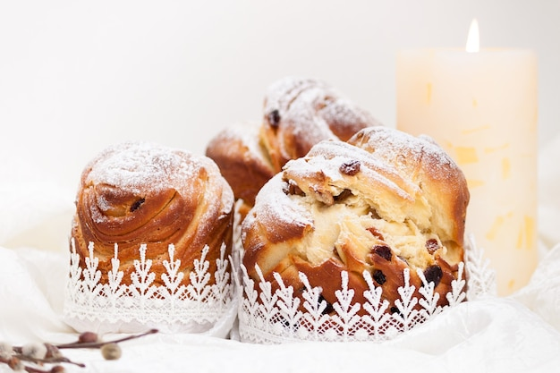 Kraffin gâteau maison de pâques avec du sucre en poudre.