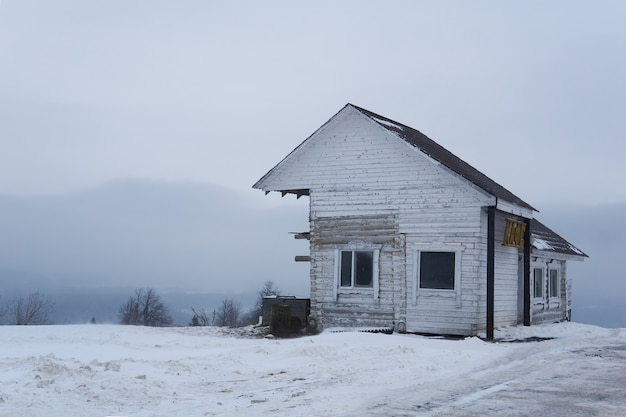 Krai de perm, russie - 21 décembre 2020 : ancien bâtiment en bois d'un café de transport au sommet d'une montagne dans un paysage d'hiver enneigé
