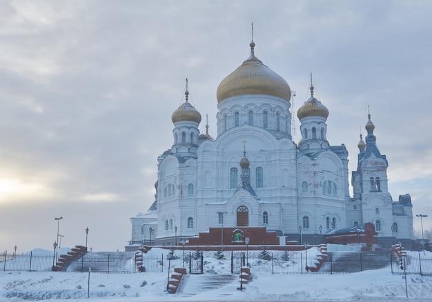 Krai de perm, russie - 21 décembre 2020 : temple du couvent de belogorsky un jour d'hiver brumeux