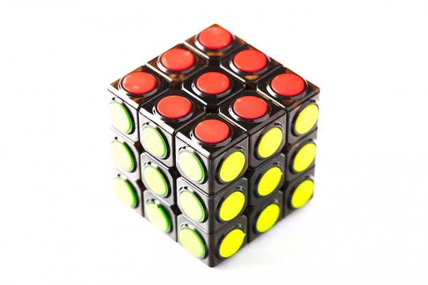 Krasnodar, russie-11 juin 2020: puzzle concept rubik's cube avec des segments ronds