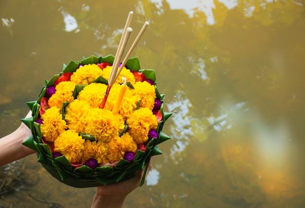 Krathong fabriqué à partir de matériaux naturels.