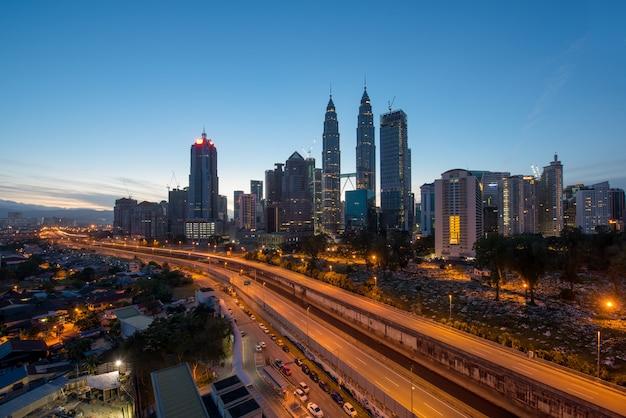 Kuala lumpur skyline et gratte-ciel la nuit à kuala lumpur, en malaisie.