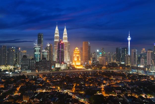 Kuala lumpur skyline et gratte-ciel avec route