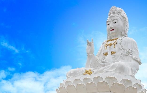 Kuan yin bouddha sur fond de ciel, sur la lumière