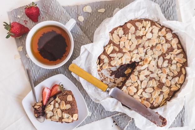 Kuchen aux amandes, fraises, thé et couteau