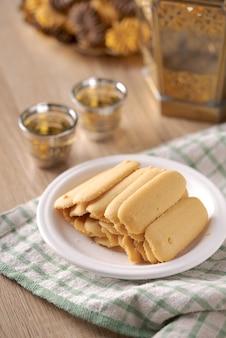 Kue lidah kucing ou biscuit katte tong. biscuits islamiques biscuit pour la tradition eid mubarak