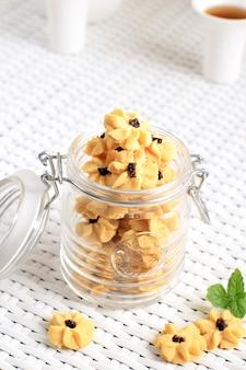 Kue semprit, biscuits traditionnels indonésiens servis pour célébrer lebaran idul fitri ied mubarak. fabriqué à partir de beurre, farine, œuf, avec forme de fleur
