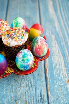 Kulich et œufs. place pour le texte sur fond en bois turquoise. un régal de vacances traditionnel.