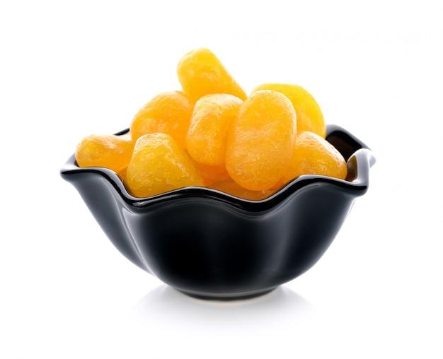 Kumquat séché isolé sur un blanc.