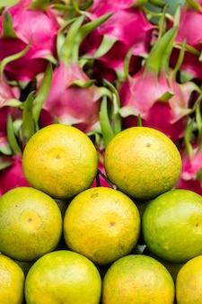 Kumquats et fruits du dragon sur le marché
