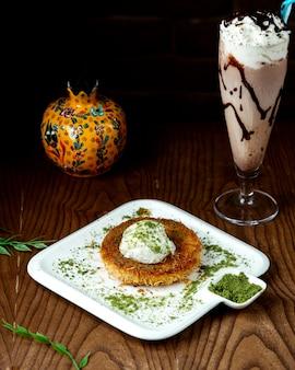 Kunefe avec crème glacée avec milk-shake