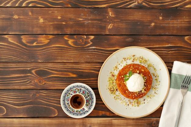 Kunefe dessert turc avec boule de crème glacée sur une surface en bois