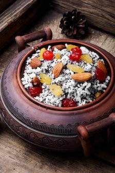Kutia ou kutya est un plat de cérémonie au grain avec une sauce sucrée traditionnelle