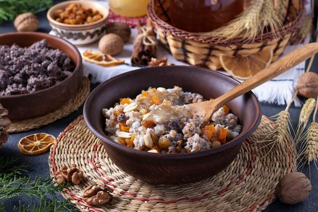 Kutya est un plat de céréales de cérémonie avec des graines de pavot, des fruits secs, des noix et de la sauce sucrée, traditionnellement servi par les chrétiens orthodoxes en ukraine, en biélorussie et en russie à noël.