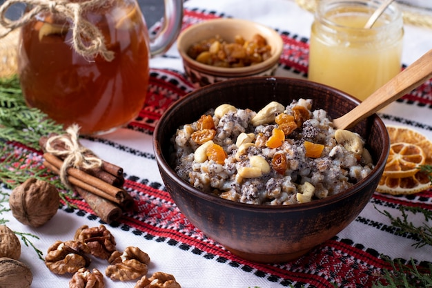 Kutya est un plat de céréales de cérémonie avec des graines de pavot, des fruits secs et une sauce sucrée, traditionnellement servi par les chrétiens orthodoxes en ukraine
