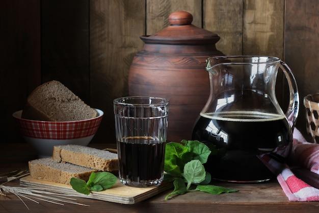 Kvas fait maison à partir de pain de seigle avec des feuilles de menthe.