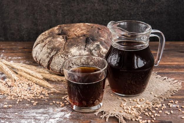 Kvas de pain noir et pain de seigle et épis au grain