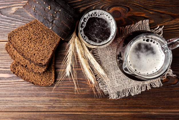 Kvass avec du pain de seigle sur fond de bois