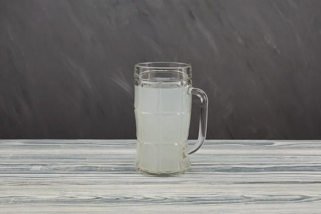 Kvass ou soda au gingembre fait maison dans une tasse. boisson fermentée saine.