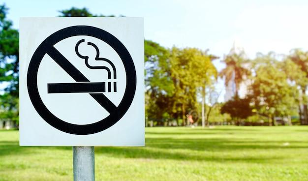 Label non-fumeur signe de métal dans le parc