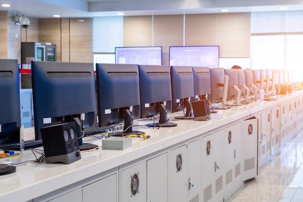 Laboratoire informatique, rangées d'ordinateurs soigneusement placées.