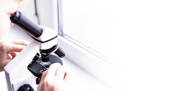 Laboratoire médical utilisation d'un microscope pour les échantillons biologiques chimiques examinant l'équipement liquide