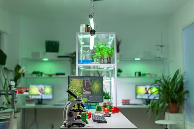 Laboratoire de microbiologie vide avec personne dedans préparé pour développer une expérience chimique d'adn