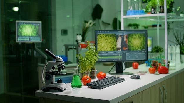 Laboratoire de microbiologie vide avec personne dedans préparé pour la mutation génétique