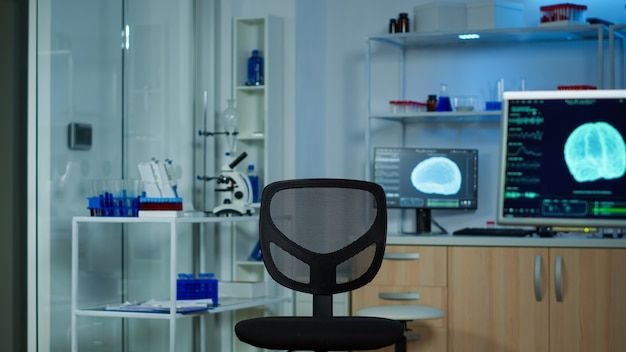 Laboratoire neurologique avec personne à l'intérieur équipé de façon moderne, préparé pour le développement d'expériences, examinant les fonctions cérébrales, le système nerveux, la tomographie pour la recherche scientifique.