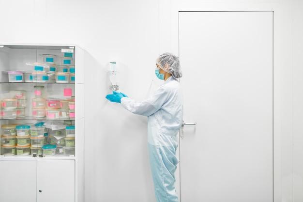 Laboratoire de production de biomatériaux. les gens font de la recherche.