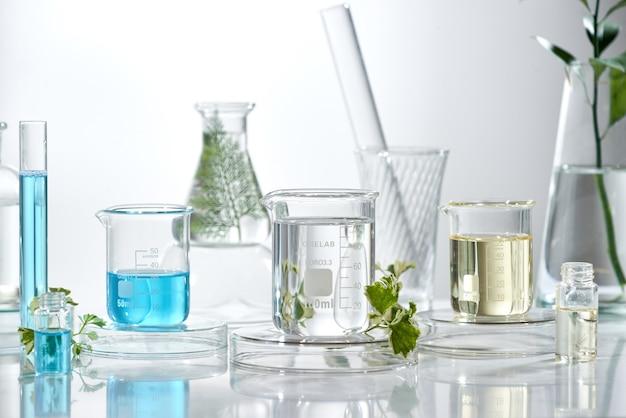 Laboratoire de recherche et développement cosmétique. produit de sérum de crème de soin de science bio avec des feuilles. concept de cosmétiques de beauté bio naturels. cosmétologie.