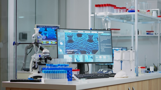 Laboratoire vide équipé de façon moderne sans personne dedans, préparé pour l'innovation pharmaceutique à l'aide d'outils de haute technologie et de microbiologie pour la recherche scientifique. développement d'un vaccin contre le virus covid19.