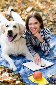 Labrador mignon avec femme souriante