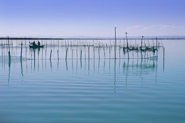 Lac albufera des zones humides de valence en espagne en méditerranée avec des pêcheurs