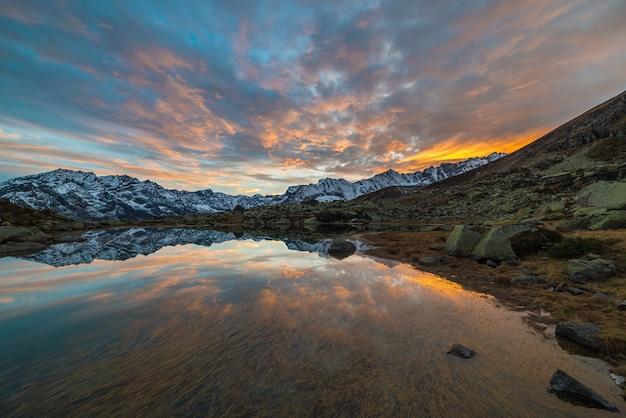 Lac alpin d'altitude, coucher de soleil aux reflets