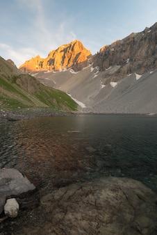 Lac alpin d'altitude dans un pays idyllique autrefois recouvert de glaciers