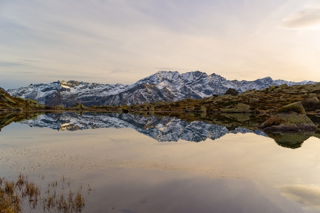 Lac alpin d'altitude dans un paysage idyllique.