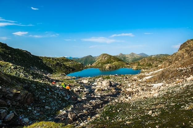 Lac alpin parmi les rochers, arhyz, fédération de russie