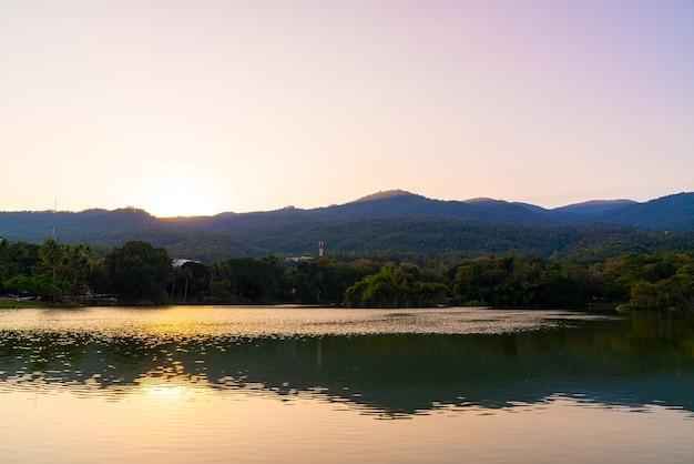Lac ang kaew à l'université de chiang mai avec montagne boisée et ciel crépusculaire