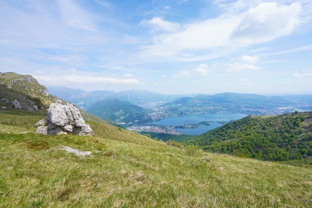 Lac annone de la montagne monte cornizzolo, lombardie, italie