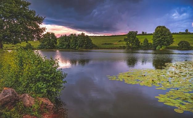 Lac avec arbres au coucher du soleil en france