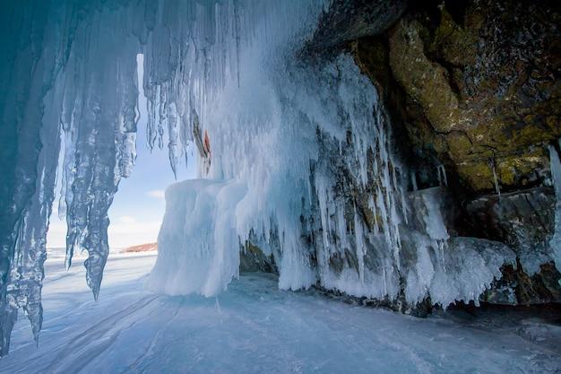 Le lac baïkal est un jour d'hiver glacial
