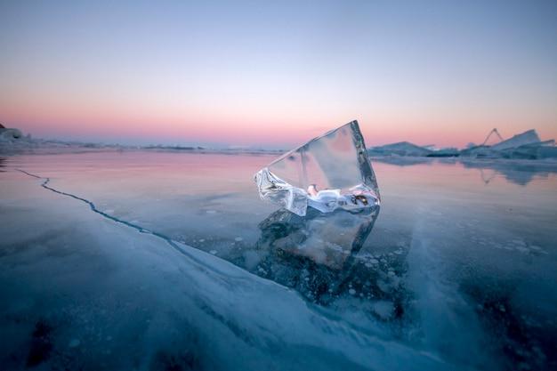 Le lac baïkal est une journée d'hiver glaciale, lieu extraordinaire, patrimoine, beauté de la russie