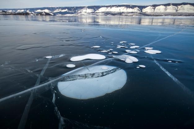 Le lac baïkal est une journée d'hiver glaciale. le plus grand lac d'eau douce. le lac baïkal est couvert de glace et de neige