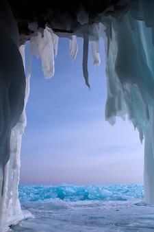 Lac baïkal en hiver. belles vues sous la glace. la vie marine sur terre dans l'eau claire du lac. montagnes et paysages de texture glacée. observation du monde animal. aventure sur le lac baïkal, russie