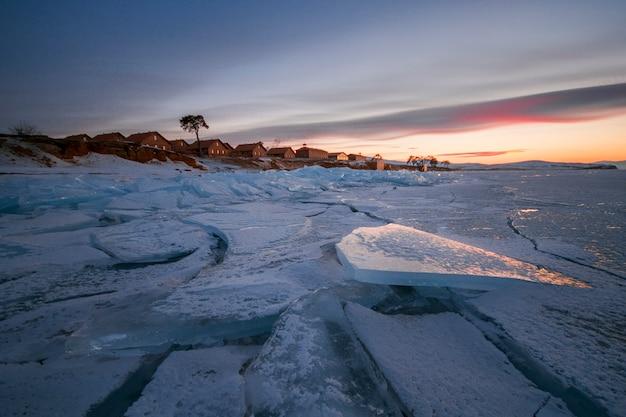 Lac baïkal recouvert de glace et de neige